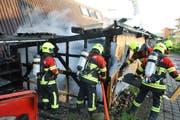 Die Feuerwehr löscht die letzten Glutnester und entfernt die Holzkleidung. (Bild: www.frsursee.ch)
