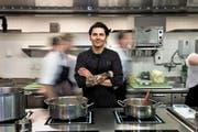 Herr der Töpfe. In einer optimalen Küche könne man alles auf einer Fläche machen, sagt Nenad Mlinarevic. (Bild: Nadia Schärli / Neue LZ)