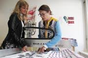 Andrea Weber Marin (links) mit ihrer Mitarbeiterin Françoise Adler an der Dafat-Druckmaschine. (Bild: Hochschule Luzern)