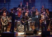 Les Sauterelles um Toni Vescoli (Mitte) mit der Lucerne Concert Band am Samstag im KKL-Konzertsaal. (Bild: Philipp Schmidli)