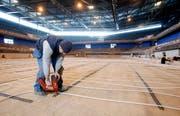 Christopfer Bryan verlegt mit seinen Arbeitskollegen Heizungsröhren in der Bossard-Arena. (Bild Stefan Kaiser/Neue ZZ)