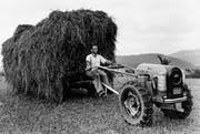 Links: Ein Landwirt fährt einen Aecherli Combi Trac. Rechts: Vorstandsmitglied André Leiser im neuen Aecherli-Technik-Museum. (Bilder: PD/Pius Amrein (Reiden, 28. April 2017))