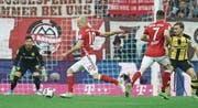 Arjen Robben (Nr. 10) kommt von rechts und erzielt mit links das 3:1. (Bild: Andreas Gebert/Keystone (München, 8. April 2017))