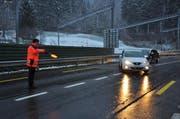 Die Schwyzer Polizei bei der Lichtkontrolle. (Bild: Schwyzer Polizei)