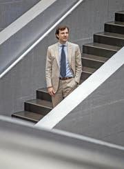 Christoph Schaltegger, hier zu sehen im Treppenhaus der Universität Luzern, wagt zu bezweifeln, dass das Rentenalter 65 der Weisheit letzter Schluss ist. (Bild Pius Amrein)