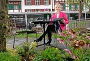Stadträtin Manuela Jost im Garten des Restaurants Hofgarten. Sie hat sich dieses Lokal ausgesucht, weil es sie an ihre ersten politischen Schritte erinnert. (Bild Eveline Beerkircher)