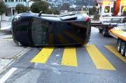 Das eine Unfallauto kippte und blieb auf der Seite liegen. (Bild: Luzerner Polizei)