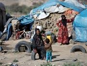 Vertriebene Frauen in einem Flüchtlingscamp nahe der jemenitischen Hauptstadt Sanaa. (Bild: Khaled Abdullah/Reuters (25. April 2017))
