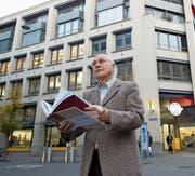 Josef Stöcklis Leben und Werk ist in Buchform erschienen. Der «Laubenhof» im Hintergrund gehört zu seinen grossen Bauprojekten im Kanton Zug. (Bild: Maria Schmid (Zug, 21. November 2017))
