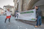 Zwei Mitglieder der SVP Ebikon protestieren vor dem Regierungsgebäude gegen die Verlängerung der Buslinie 1 und gegen den Bau eines Bushubs. Links im Bild ist VBL-Verwaltungsratspräsidentin und CVP-Kantonsrätin Yvonne Hunkeler. (Bild: Pius Amrein (Luzern, 29. Januar 2018))