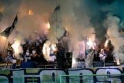 Der Einsatz von Pyrotechnik ist der häufigste Grund für die Registrierung von Personen in der Hooligan-Datenbank. Im Bild: Anhänger des FC Luzern feuern im Mai in der Swissporarena ihren Club im Spiel gegen den FC Sion an. (Bild: Keystone/Sigi Tischler)