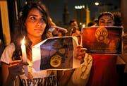 Syrische Frauen, die in der libanesischen Hauptstadt Beirut wohnen, gedenken der vielen getöteten Kinder in ihrer Heimat. (Bild: AP/Hussein Malla)
