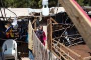Eine Syrerin in einem Flüchtlingscamp im Norden Athens. (Bild: AP/Petros Giannakouris)