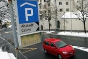 Nicht erst beim Eingang, wie hier im Parkhaus Casino, soll künftig die Verfügbarkeit der Parkfelder in Zug zu sehen sein. (Bild Werner Schelbert/Neue ZZ)