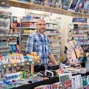 Edwin Suter in seinem Kiosk an der Luzerner Klosterstrasse: Er hat bisher regelmässig Snus verkauft. (Bild Pius Amrein)