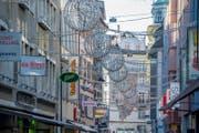 Die Weihnachtsbeleuchtung auf der Herthensteinstrasse, die bereits um 13.30 Uhr eingeschaltet wird. (Bild: Nadia Schärli (Luzern, 27. November 2017))