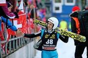 Klatscht mit seinen Fans ab: Simon Ammann, der mit seinem 21. Platz natürlich nicht zufrieden war. (Bild: Philipp Schmidli / Neue LZ)