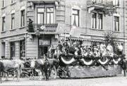 Umzug 1905. «Volk aus Uri und Schwytz» vor dem Gebäude des ehemaligen Hotel Nord. (Bild: Stadtarchiv Luzern)