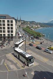 Zwischen See und Häuserzeile: Am Schweizerhofquai sollen Cars unterirdisch parkiert werden können – so zumindest sieht es das neue Projekt vor. (Bild: Dominik Wunderli (Luzern, 18. August 2017))