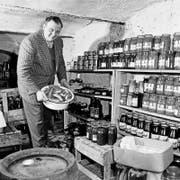 Bockwürste, Einmachgläser, Zucker: Früher war es, wie auf diesem Bild aus dem Jahre 1959, üblich, dass sich die Leute Notvorräte anlegten. (Bild: imago)