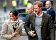 epa06427108 Britain's Prince Harry (R) and his fiancée Meghan Markle (L) arrive in Brixton, southwest London, Britain, 09 January 2018. The couple visit the Reprezent radio station in Brixton, for their second official public engagement together. EPA/NEIL HALL (Bild: Neil Hall / EPA (London, 9. Januar 2018))