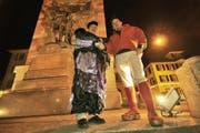 Koni Scheuber (links) und Stefan Gisler vor dem Telldenkmal. Am Samstag, 7. Februar, wird es hier von Guggenmusikern nur so wimmeln. (Bild Urs Hanhart/Neue UZ)