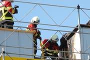 Die Feuerwehr konnte den Dachstockbrand rasch löschen. (Bild: Kantonspolizei Schwyz)