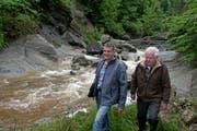 Der amtierende Bachmeister Werner Haas junior (44) und sein Vater Werner Haas senior (77) beim Renggbach im Krienser Ortsteil Obernau. (Bild: Nadia Schärli / Neue LZ)