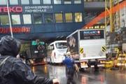 Der Lastwagen ist in der Unterführung stecken geblieben (links). (Bild: Leserbild Katharina Lindt)