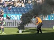 Während des Meisterschaftsspiels im Februar 2016 zwischen dem FC Luzern und dem FC St. Gallen warf der angeklagte Ostschweizer insgesamt vier Pyro-Gegenstände auf das Spielfeld. (Archivbild) (Bild: URS FLUEELER (KEYSTONE))
