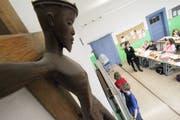 Ein Kruzifix hängt in einem Klassenzimmer (Symbolbild). (Bild: Imago)