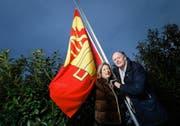Fritschivater Thomas Bucher und seine Frau Suzanne Wettenschwiler hissen die Fahne der Zunft zu Safran vor ihrem Haus in Zug. (Bild Stefan Kaiser)