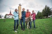 Von links: Madeleine und Bruno Studer mit dem Eselspreis, Marcel Sonderegger (Organisator) und Kathrin Stirnimann (Eselbesitzerin) mit Eselin Stella. (Bild: Dominik Wunderli (17. September 2017))