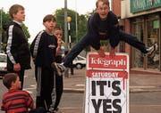 Freudensprung über eine Schlagzeile: Im Mai 1998 hiessen die Nordiren das Karfreitagsabkommen auch an der Urne gut. (Bild: Paul Faith/Keystone (Belfast, 23. Mai 1998))