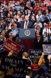 Die Beschimpfung der Medien gehört auch zu seinem Stil als Präsident: Donald Trump punktet damit vor seinen Anhängern. (Bild: Mark Humphrey/AP)