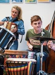 Die Zuger Musiktherapeutin Regina Steiner mit einem Jugendlichen im Zusammenspiel. (Bild: Nadia Schärli (Zug, Mai 2017).)