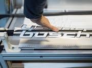 Ungefähr 4000 Eishockeystöcke pro Jahr werden heute von der Firma Composites Busch hergestellt. (Bild: Gaetan Bally/Keystone (Pruntrut, 28. November 2017))
