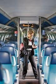 Zugbegleiter der SBB bei der Billettkontrolle in einem Interregio-Zug. (Bild: Christian Beutler/Keystone (20. März 2017))