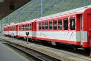 Vier Personenwaggons der Matterhorn-Gotthard-Bahn im Bahnhof Andermatt. (Bild: Robert Bachmann)