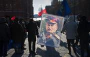 Stramme Kommunisten verehren Josef Stalin (1878–1953) noch immer glühend: Jeweils an seinem Todestag, dem 5. März, pilgern sie zum Grab des Diktators im Ehrenfriedhof an der Kremlmauer in Moskau. (Bild: AP/Alexander Zemlianichenko)