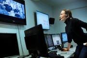 Alexandra Deschwanden nimmt vom Kontrollraum in Hergiswil aus Kontakt mit den Astronauten auf. (Bild: Beat Brechbühl / Hochschule Luzern)