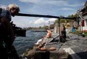 Die Seejungrau trifft den Sohn des Stadtschreibers: Dreharbeiten am Zugersee des Schweizer Fernsehens. (Bild Stefan Kaiser/Neue ZZ)