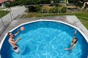 Um Sicherheitsvorkehrungen geht es bei einem privaten Pool, wenn man dorthin Gäste einlädt. (Archivbild: Keystone/Maxime Schmid)
