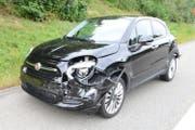 Eines der stark beschädigten Unfallautos. (Bild: Luzerner Polizei)