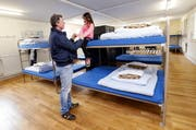 Besichtigung des neuen Asylzentrums im Mai: Vater Gregor Durrer und Tochter Sabrina im Schlafsaal. Demnächst werden weitere 48 Flüchtlinge auf den Gubel kommen. (Archivbild Werner Schelbert / Neue ZZ)