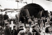 Bundesrat Hans-Peter Tschudi (links) hält am 6. Mai 1970 zum Start des Baus des Gotthard-Strassentunnels am Nordportal in Göschenen eine Rede. (Archivbild Keystone)