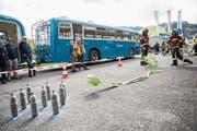 Kegeln mal anders – inklusive Atemschutz-Vollmontur. (Bild: Patrick Hürlimann (Neuheim, 16. September 2017))