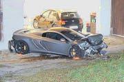 Der McLaren hat nach dem Unfall deutlich an Wert verloren. (Bild: Zuger Polizei)