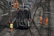 Eine Zugskomposition im Bahnhof Luzern wird abgeschleppt. (Bild: Pius Amrein (Luzern, 23. März 2017))