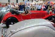 1,2 Millionen Franken waren zu wenig: Der rote Alfa Romeo 6C 1750 GS Spider Zagato (Auto hinten) aus dem Jahr 1930 fand an der gestrigen Auktion keinen neuen Besitzer. (Bild: Nadia Schärli (Neue Luzerner Zeitung))